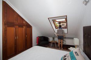 Dormitorio con cama matrimonial y vistas a la Sierra del Cuera