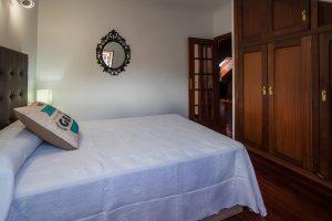 Dormitorio con cama matrimonial en piso en Llanes