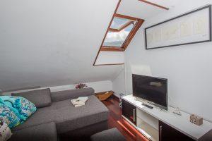 Piso en Llanes: Salita con sofá cama y TV